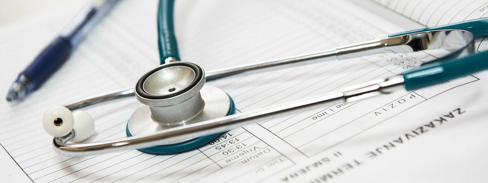 Stetoscopio su quaderno professionale