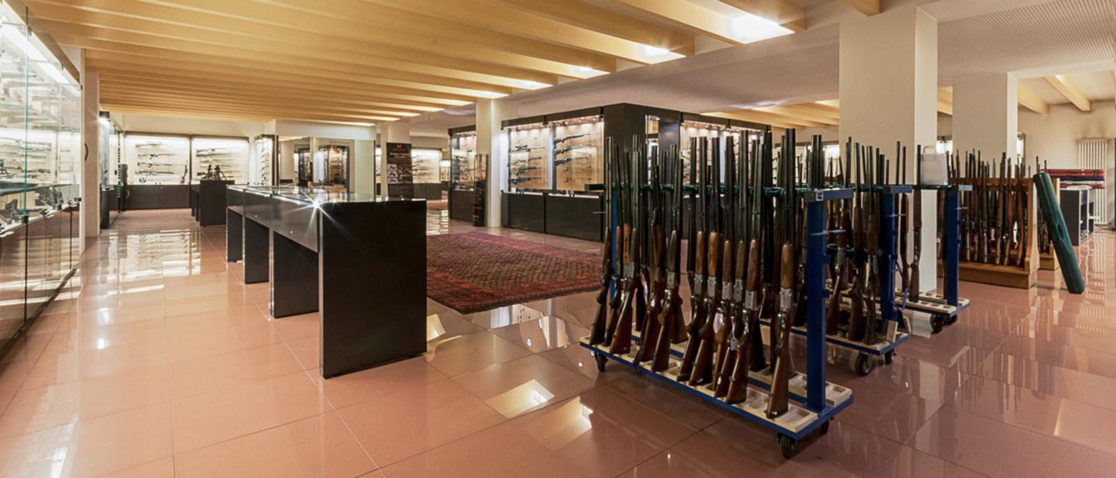 Sala con fucili e pistole esposte al pubblico