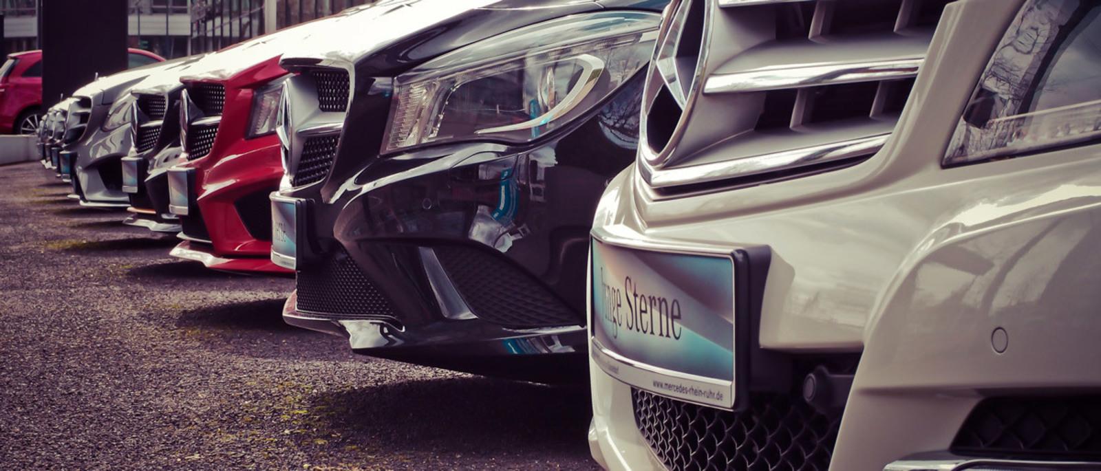 Fila di Mercedes parcheggiate in parallelo