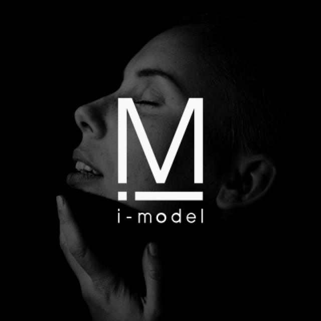 Smart modella bianco e nero copertina progetto con logo imodel